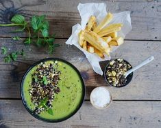 Broccoli-spinat suppe med nøddedrys og pastinak fritter