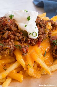 Try this recipe for baked chili cheese fries complete with homemade chili—it's easy to make and so delicious! This Picture by everydaydishes The Recipe c. Chilli Recipes, Potato Recipes, Snack Recipes, Appetizer Recipes, Appetizers, Chilis, Chilli Cheese Fries, Cheese Chips, Nacho Cheese