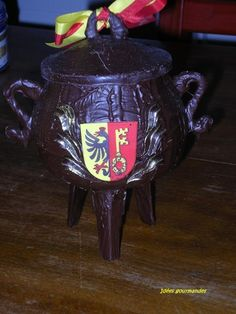 "This chocolate pot is filled with ""vegetables"" marzipians .a Geneva tradition Swiss Chocolate, Chocolate Delight, Best Chocolate, Chocolate Pots, La Marmite, Geneva, Making Out, Christmas Ornaments"