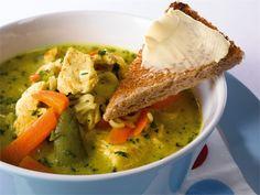 Värikkään ulkonäön ja maistuvien raaka-aineiden avulla maistuu tämä keitto koko perheelle.