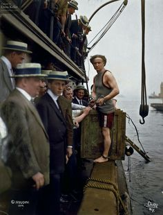 58 Colorized Photos from the Past - Harry Houdini steps into a crate at New York Harbor as part of an escape stunt in July, Colorized Historical Photos, Colorized History, Historical Pictures, Historical Dress, Old Pictures, Old Photos, Vintage Photos, Antique Photos, Vintage Photographs