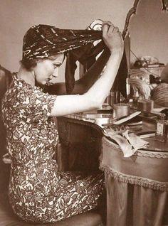 vintage photo- lady at boudoir tying a turban headscarf Mode Vintage, Vintage Love, Vintage Beauty, Vintage Ladies, Retro Vintage, Vintage Style, Vintage Vanity, Vintage Scarf, 1940s Style