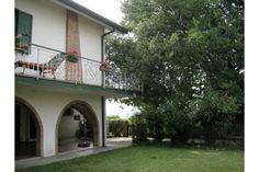villa in vendita a Rimini, a San Martino Monte l'Abbate, di c.a. 250 mq con giardino di 1400 mq, disposta su tre livelli con bella vista mare.