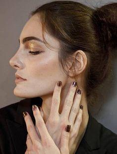 Desfile de Nica Kessler no Fashion Rio: unhas e maquiagens metalizadas