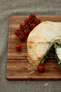 Filo pie whith spinach and feta cheese,Dorota Vegetarian Recipes, Cooking Recipes, Healthy Recipes, Spinach Feta Pie, Filo Pastry, Savoury Baking, Savory Snacks, Appetizers For Party, Vegetable Dishes