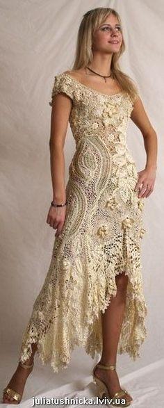 Un hermoso vestido en crochet, con un delicado vuelo en su falda y tejido de delicadas flores..... Soñador