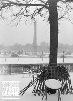 Place de la Concorde. L'obélisque sous la neige, depuis la terrasse du jardin des Tuileries. Paris (VIIIème arr.), 1941-1943. Photographie de René Giton dit René-Jacques (1908-2003). Bibliothèque historique de la Ville de Paris.