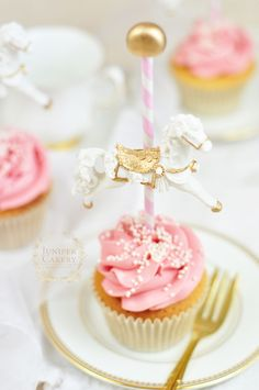 For a sweet vintage themed baby shower we created these wonderfully chic carousel cupcakes! Gateau Baby Shower, Baby Shower Cupcakes, Shower Cakes, Baby Shower Parties, Carousel Birthday Parties, First Birthday Parties, First Birthdays, Carousel Cupcakes, Cupcake Cakes