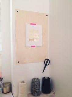 Déco murale pas chère et facile: du contreplaqué (plywood), une affiche et du masking tape