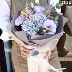 На данном изображении может находиться: 1 человек How To Wrap Flowers, Dried Flowers, Beautiful Flowers, Bouquet Wrap, Hand Bouquet, Beautiful Flower Arrangements, Floral Arrangements, Fleur Design, Rainbow Roses