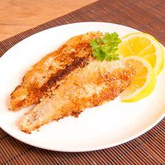So bekommt Ihr Seelachsfilet mehr Pfiff. Die köstliche Marinade und die gebratene Kruste aus Kokosraspeln machen den Fisch zum puren Genuss.