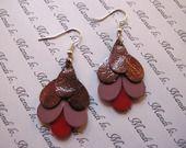 Boucles d'oreille en cuir bronze, parme et rouge : Boucles d'oreille par mandilo