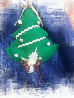 alberello da appendere#feltro e panno lenci# https://www.facebook.com/Il-fatta-mano-di-Luisa-327849927338957/#hsndmade#le maddine#creato a mano con passione#spillo e mirtillo#creativemamy