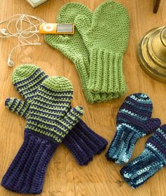 Keep warm with patterns for easy crochet mittens, gloves, wrist warmers and more. Easy crochet mittens make for a quick and easy project. Crochet Mittens Free Pattern, Crochet Gratis, All Free Crochet, Crochet Gloves, Knit Or Crochet, Filet Crochet, Crochet Scarves, Beginner Crochet, Learn Crochet
