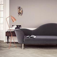 Des bons luminaires modernes et colorés pour une touche de design et de modernité à votre salon. Canapé gris et lampadaire orange design.