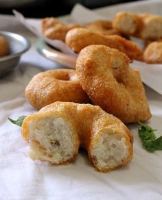 Medu Vada (indian lentil donuts) with Coconut Chutney http://www.vegrecipesofindia.com/medu-vada-recipe-medu-vada/