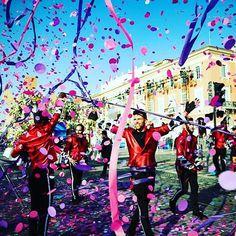 Prochaine pluie de confettis demain à 14h30 pour la Bataille de Fleurs et 21h pour le Corso Illuminé. Nous vous attendons nombreux sur la Place Masséna 🎉👑🎊☀️ 📷A.Chailan #nicemoments #nicecarnaval #nicefrance #nizza #carnaval2017 #ilovenice #flowerparade #flowers #nice06 #CotedAzurNow