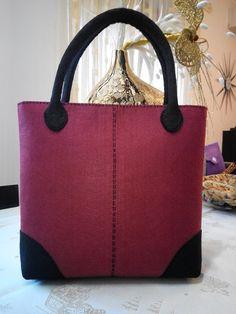 Borsa in feltro Fashion Handbags, Fashion Bags, My Bags, Purses And Bags, Fabric Tote Bags, Handmade Purses, Denim Bag, Knitted Bags, Bag Making