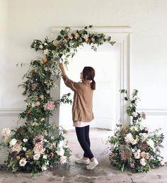 """469 curtidas, 5 comentários - Decor&Rent (@decorrent) no Instagram: """"Montagem de entrada com flores.Um charme para as decorações românticas ⚘ : #miniwedding…"""" #romanticweddings"""