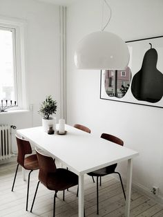 Want to re-arrange your dining room? Then the Scandinavian dining room is something you should choose. Scandinavian interior design always leaves Scandinavian Dining Room Furniture, Scandinavian Interior Design, Office Interior Design, Scandinavian Style, Swedish Style, Scandinavian Bedroom, Diy Interior, Room Interior, Dining Room Wainscoting