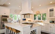 Katy Perry & Russell Brand from Amazing Celebrity Kitchens The now-split couple once shared their breakfasts together in this surprisingly simple kitchen. Kitchen Island With Cooktop, Island Cooktop, Kitchen Island Storage, Kitchen Island With Seating, Kitchen Hoods, Island Bench, Kitchen Islands, Stove In Island Kitchen, Celebrity Kitchens