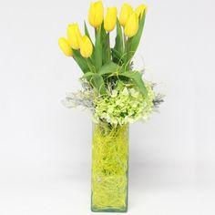 Arreglo Floral Toloache, materiales: 10 tulipanes, hortensias y dusty miller en base de vidrio. - Medidas: altura: 56 cm ancho: 26 cm http://www.toloachefloral.com/index.php/arreglos-florales/cumple-envia-flores/cum05.html