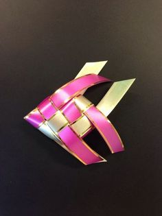 How to Make a Fish W/ Ribbon - Origami. *I had a fish mobile when I was little. I'd love to recreate one. Origami Ribbon, Origami Paper Art, Origami Fish, Origami Flowers, Oragami, Origami Lamp, Origami Butterfly, Origami Folding, Napkin Folding