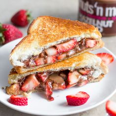 Grilled Hazelnut and strawberry sandwich Nutella Sandwich, Nutella Snacks, Hazelnut Recipes, Peanut Butter Recipes, Hazelnut Butter, Indian Food Recipes, Healthy Recipes, Healthy Foods, College Meals