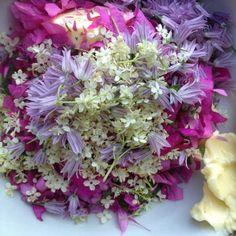 Kruidenboter met eetbare bloemen zoals vlierbloesem - Vlierbessen.nl