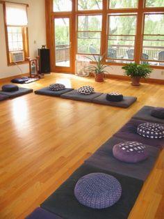 salle meditation spacieuse pratiques groupes