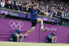 In a Wimbledon rematch, Andy Murray routs Roger Federer to continue Britain's gold rush. http://ti.me/O3fvAN