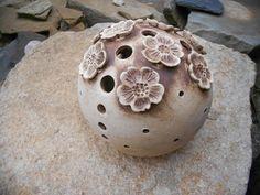 koule svícen třešňový květ svícen koule s dekorem třešňových kvítků je vyrobena z jemné světlé hlíny a krásně patinovaná burelem. Květy jsou jen v horní části. průměr koule cca 12 cm Ke kouli si můžete na čajovou svíčku vybrat mističku, která se vkládá zespodu dovnitř koule a nebo talířek na který kouli postavíte. cena za 1 ks Další koule najdete v mé ...