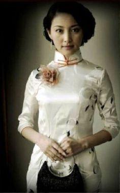 """チャイニーズ・ドレスと称される""""旗袍""""は、そもそも清朝を興した満州族固有の服装であった。「旗」とは清朝の軍事行政制度・満州八旗のことで、満州族のことを旗人..."""