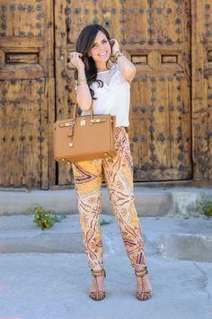 Look boho hippie con pantalones estampados de Zara