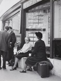 Robert Doisneau   //   Gare Saint-Lazare, Paris 1957.