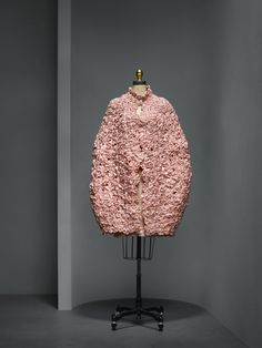 House of Chanel (French, founded 1913). Karl Lagerfeld (French, born Hamburg, 1938). Ensemble, spring/summer 2010, Haute Couture. Dress: pink silk chiffon and charmeuse, hand–embroidered with pink silk satin flowers, pearls, and pink frosted crystals, hand–finished; cape: 1,300 hand–pieced pink silk satin flowers by Lemarié with pink frosted crystals Photo © Nicholas Alan Cope. #ManusxMachina #CostumeInstitute