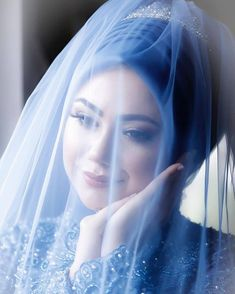 Görüntünün olası içeriği: 1 kişi, düğün – T-Shirts & Sweaters Muslim Brides, Muslim Couples, Muslim Women, Wedding Couple Photos, Wedding Couples, The Bride, Bride Groom, Wedding Veils, Wedding Bride