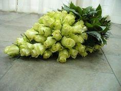 Eenmaxi #graftakhouder gebruikt.Begonnen met de rozen daarna het groen en afgespoten met metaalspray op het blad. Jocelyn Zuidweg #Bloemschikken #Decoreren goedkoop-bloemschikken.nl