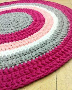 Tapete de Crochê Redondo: Passo a Passos 34 Fotos Crochet Mittens Free Pattern, Crochet Mat, Crochet Carpet, Granny Square Crochet Pattern, Crochet Gloves, Crochet Flower Patterns, Crochet Home, Crochet Granny, Crochet For Kids