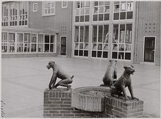 Rond 1958: de beelden op het schoolplein van de Burg. van Leeuwenschool