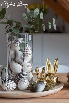 Easter eggs in black, white and gold look Stylish living- Ostereier im Schwarz-Weiß-Gold-Look Easter Table, Easter Eggs, Easter Party, Easter Bunny, Easter 2020, Decoration Table, Decoration Bedroom, Easy Paintings, Easter Crafts