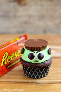 Reese's Frankenstein Cupcakes: The monster is no match for peanut butter cup cupcakes. Chocolate cake is topped with loads of frosting and a single Reese's to create this evil Halloween treat. Find more cute and creepy Halloween cupcake recipes and ideas Halloween Desserts, Spooky Halloween, Halloween Backen, Halloween Torte, Dulces Halloween, Halloween Geist, Postres Halloween, Halloween Cupcakes Easy, Halloween Treats For Kids