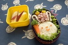 Bento ( super cute lunch art) is a popular japanese way to arrange lunch. This site has 20 easy american lunch bento ideas with full instructions! Maybe have a bento making party with Valerie, then picnic at the playground Bento Box Lunch, Lunch Snacks, Lunch Boxes, Box Lunches, Bento Lunchbox, Good Food, Yummy Food, Tasty, Fun Food