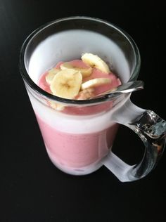 Everything Taste Better in a Cold Beer Mug! WW Vanilla Smoothie mix with frozen Strawberries topped with Banana Slices! Only 2 PointsPlus! Easy Weight Watcher Meal and Snack Ideas…. Weight Watcher Smoothies, Weight Watchers Breakfast, Weight Watchers Meals, Healthy Recepies, Healthy Eating Recipes, Healthy Snacks, Vanilla Smoothie, Smoothie Mix, Mug Recipes