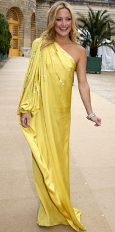Look of the Day › July 5, 2007 Hudson was a boho beauty at the Dior Haute Couture show in a single-shouldered silk gown from the Dior by John Galliano 2008 resort collection. She accented her floaty dress with diamond bangles and a pearl ring.