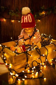 8 Adorable Photo Ideas For Baby's Christmas - Baby Pictures - Xmas Photos, Family Christmas Pictures, Holiday Pictures, Christmas Baby Photos Diy, Xmas Family Photo Ideas, Xmas Pics, Christmas Pictures With Lights, Halloween Baby Pictures, Baby Christmas Crafts