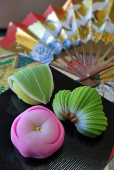 Wagashi - Japanese sweets, in front of a delicate fan. Japanese Sweets, Japanese Wagashi, Japanese Food Art, Japanese Cake, All Japanese, Japanese Culture, Traditional Japanese, Desserts Japonais, Eclairs