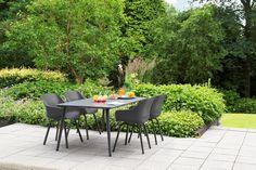 Sophie bord og stol leveres i både sort og hvitt. Nyt sommeren i moderne hagemøbler.