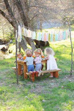 Den næste børnefest bare med en picnic i haven og under sel & Kids Picnic, Little Gardens, Party Decoration, Garden Decorations, Kid Table, Table Party, Al Fresco Dining, Partys, Party Packs