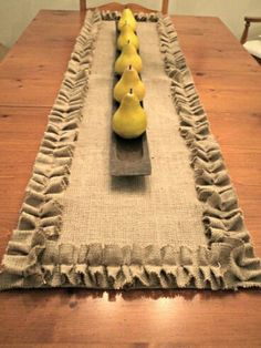 French Country Burlap Table Runner with Ruffles Rustic Table Settings - Tabelle Ideen Table Runner And Placemats, Burlap Table Runners, Burlap Projects, Burlap Crafts, Fabric Crafts, Tablerunners, Rustic Table, Rustic Wood, Deco Table